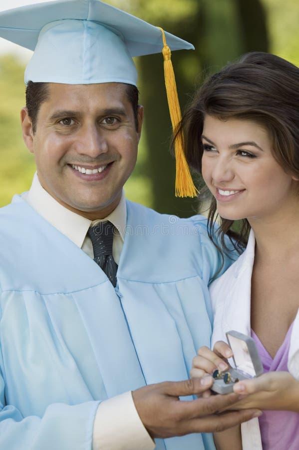 Presente de recepção graduado de meia idade da filha imagens de stock royalty free