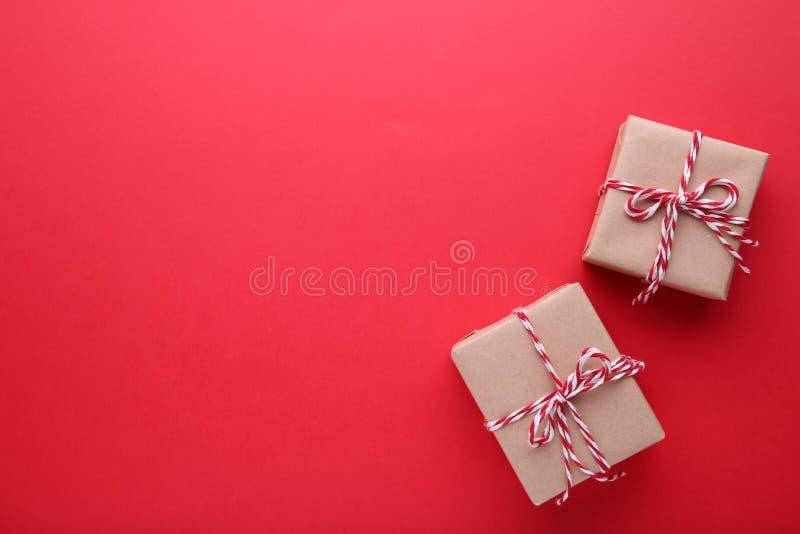 Presente dei regali di Natale su un fondo rosso fotografia stock libera da diritti