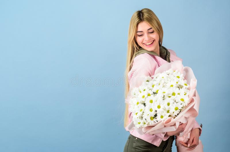 Presente del feliz cumplea?os margarita D?a de madres Primavera y verano Mujer hermosa con el ramo de la flor de la margarita flo fotos de archivo libres de regalías