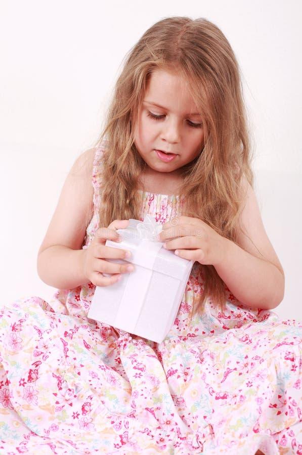 Presente di apertura della bambina immagine stock