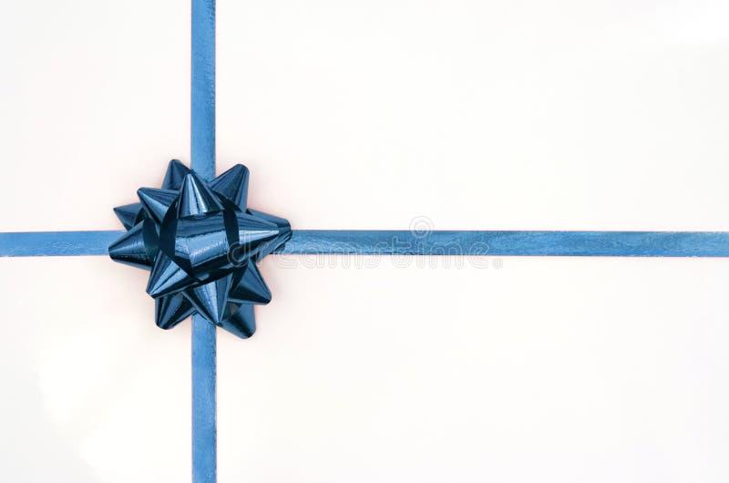 Presente di natale con il nastro blu fotografie stock libere da diritti