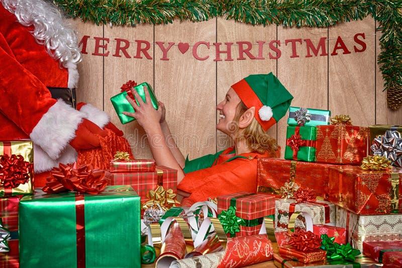 Presente di puttings di Elf in sacco di Santa immagine stock