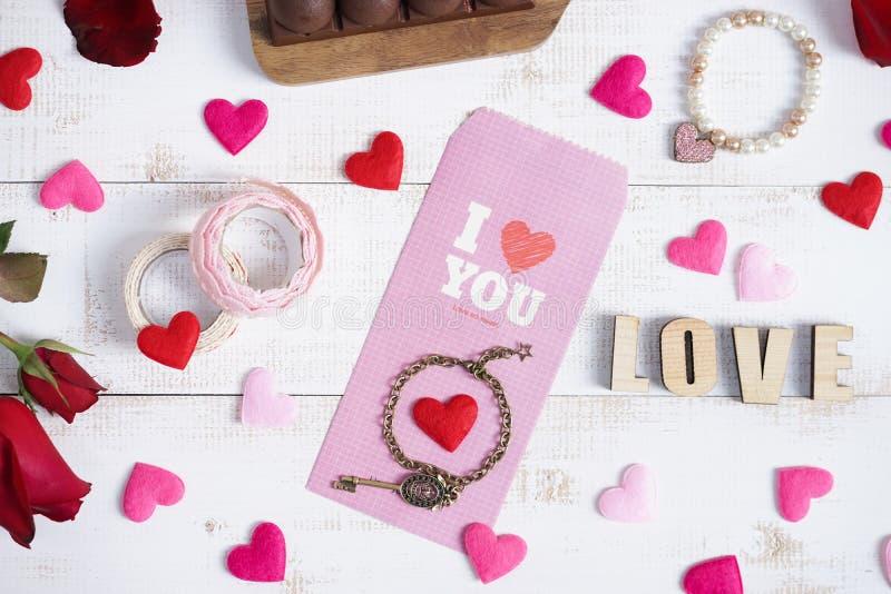 Presente do conceito do dia de Valentim ou do aniversário da surpresa para a amiga no fundo de madeira do vintage imagem de stock