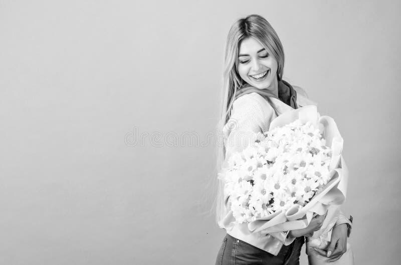 Presente do feliz aniversario marguerite Dia de matrizes Mola e ver?o Mulher bonita com o ramalhete da flor da margarida florist foto de stock