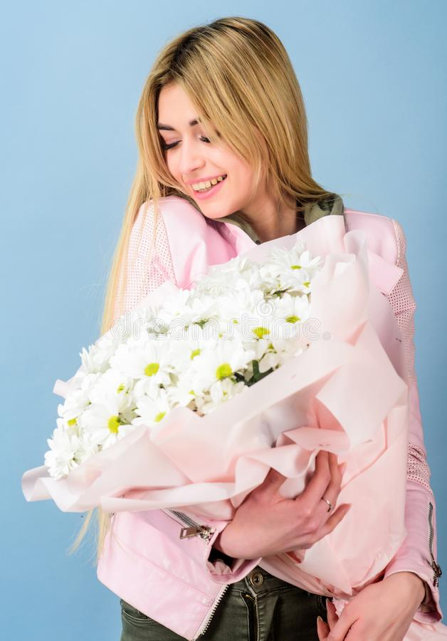 Presente do feliz aniversario marguerite Florista no florista Dia de matrizes Mola e ver?o Mulher bonita com margarida fotos de stock