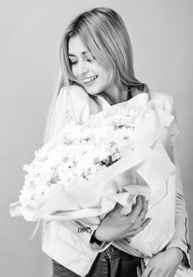 Presente do feliz aniversario marguerite Florista no florista Dia de matrizes Mola e ver?o Mulher bonita com margarida imagem de stock royalty free