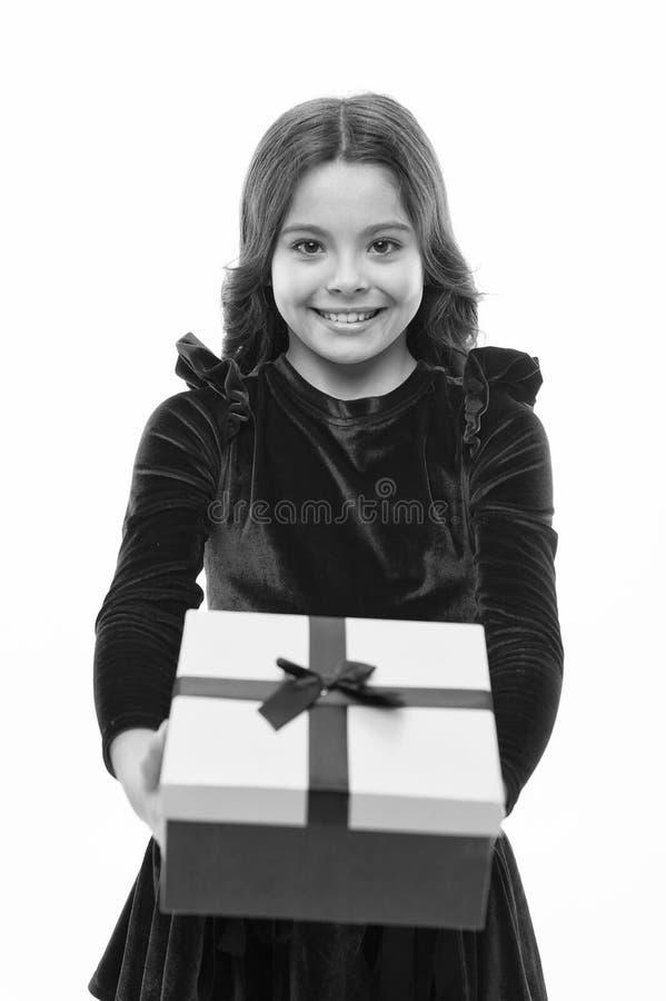 Presente do feliz aniversario menina pequena ap?s a compra venda grande no shopping S?o Est?v?o Menina com caixa atual imagens de stock