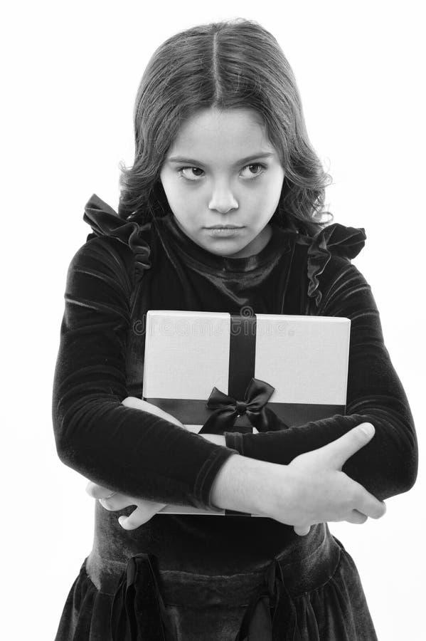 Presente do feliz aniversario venda grande no shopping S?o Est?v?o menina pequena infeliz ap?s a compra Menina com presente foto de stock royalty free