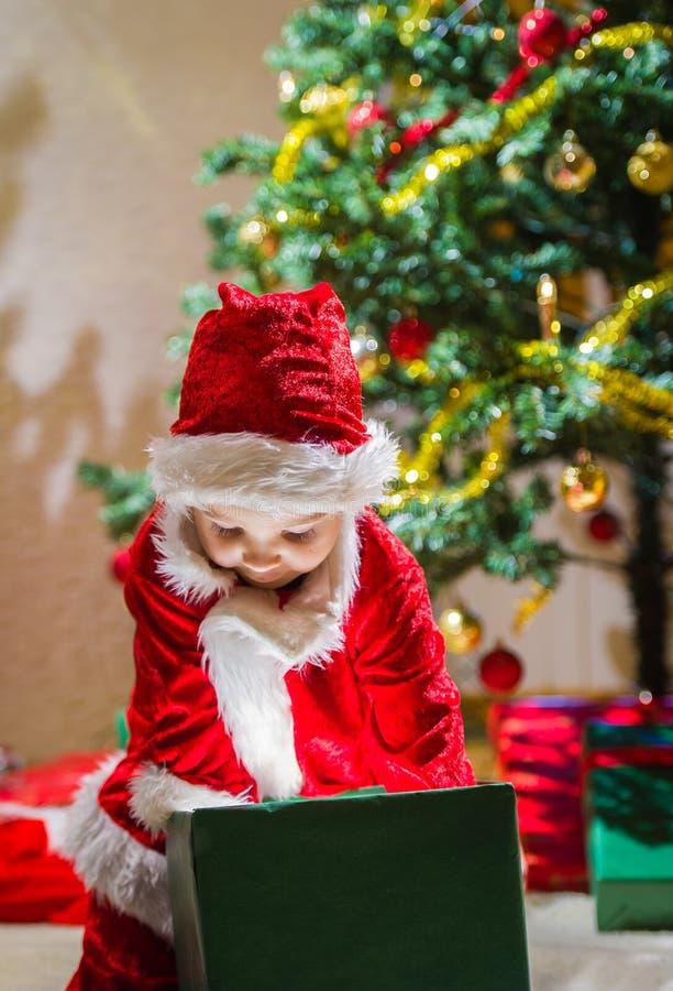 Presente do menino e do Natal fotografia de stock royalty free
