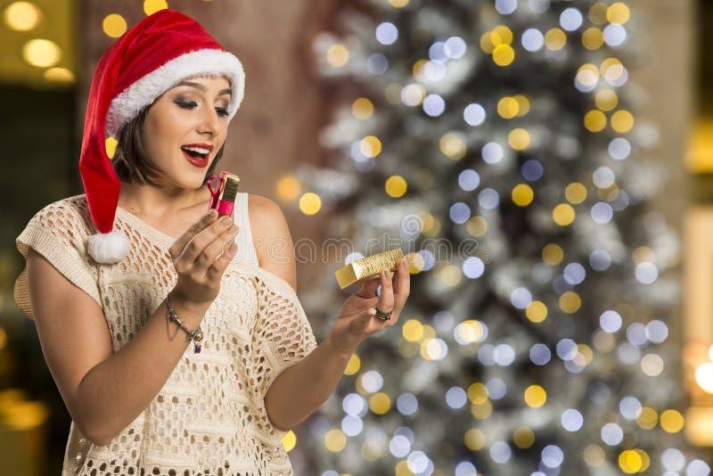 Presente do Natal - b surpreendido e feliz, novo do presente da abertura da mulher imagem de stock royalty free