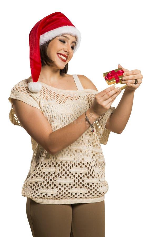 Presente do Natal - b surpreendido e feliz, novo do presente da abertura da mulher foto de stock royalty free