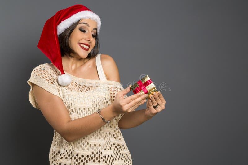 Presente do Natal - b surpreendido e feliz, novo do presente da abertura da mulher fotografia de stock royalty free