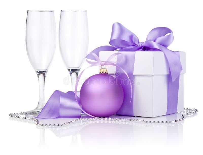 Presente do Natal com esfera roxa, dois vidros vazios imagem de stock royalty free
