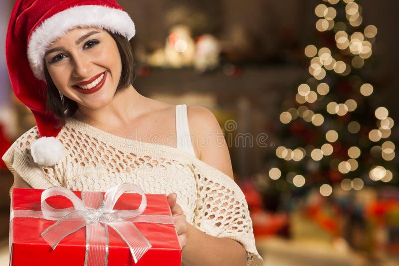 Presente do Natal da preensão do retrato da mulher do chapéu de Santa do Natal imagens de stock royalty free