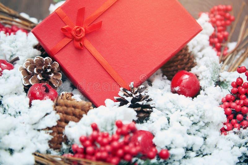 Presente do Natal em uma caixa vermelha fotos de stock royalty free