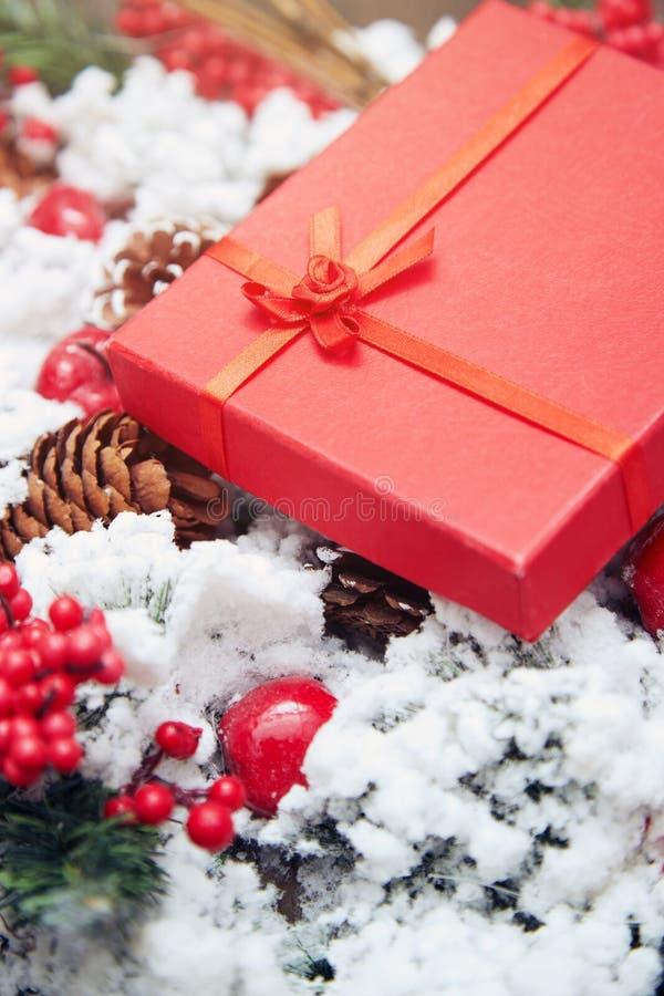 Presente do Natal em uma caixa vermelha imagens de stock royalty free