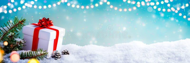 Presente do Natal na neve fotografia de stock