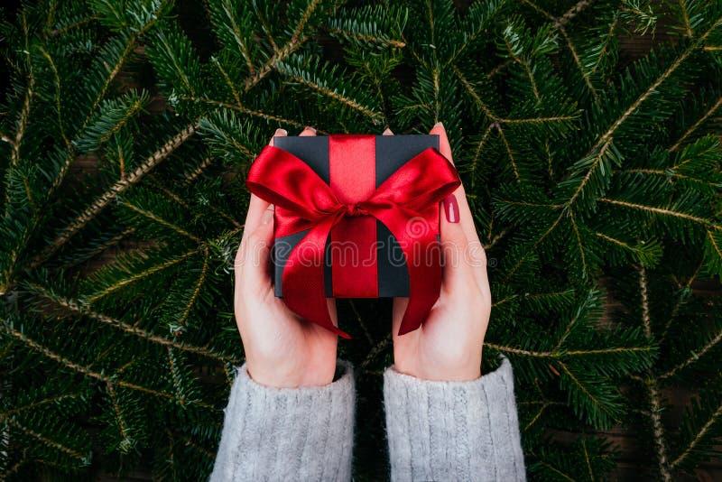 Presente do Natal nas mãos fotografia de stock royalty free
