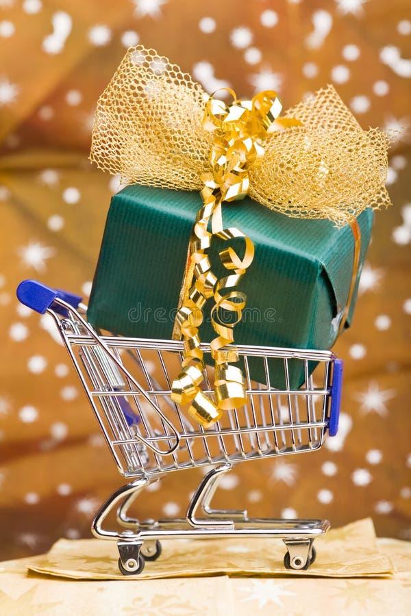 Presente Do Natal No Carro De Compra Foto de Stock Royalty Free