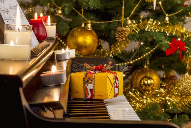 Presente do Natal no piano fotos de stock royalty free