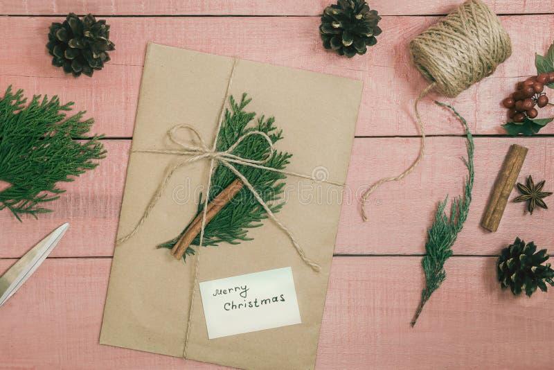 Presente do Natal ou caixa atual envolvido no papel de embalagem com decoros fotografia de stock royalty free
