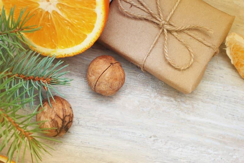 Presente do Natal ou caixa atual Papel de embalagem com a decoração com ramo do abeto, no fundo de madeira rústico fotografia de stock royalty free