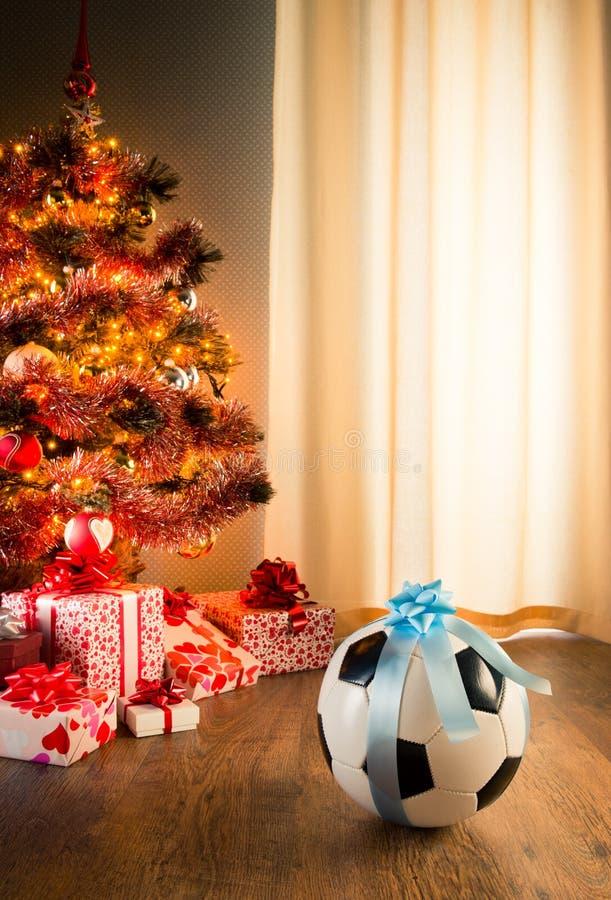 Presente do Natal para um menino fotos de stock