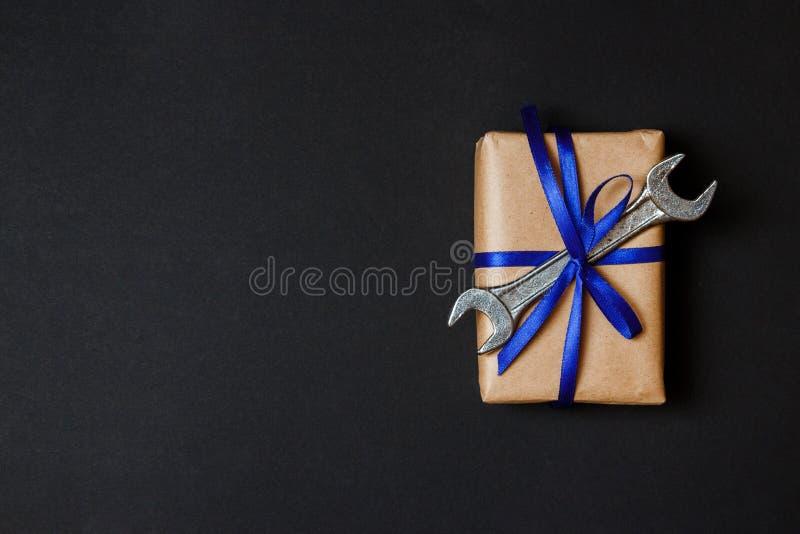 Presente do ofício com a ferramenta velha no fundo de papel preto Conceito do dia de pais Configura??o lisa fotografia de stock