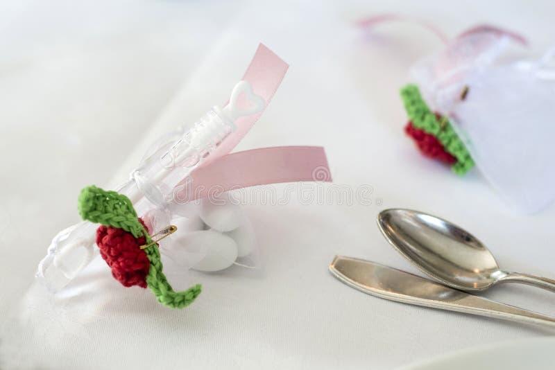 Presente do presente do convidado do casamento com o fabricante de bolhas do sabão na tabela com os doces para a cerimônia de cas imagem de stock royalty free