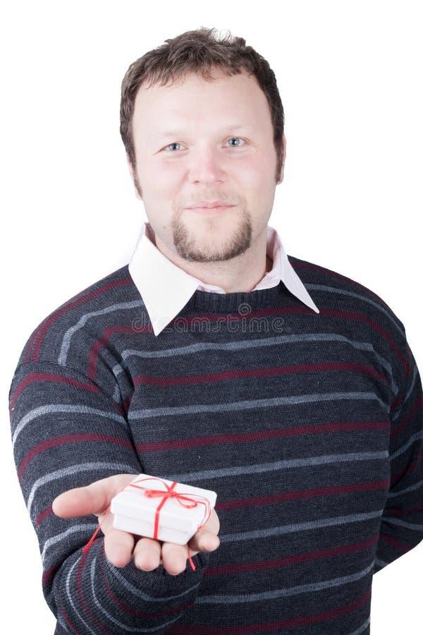 Presente do Valentim da terra arrendada do homem novo em sua mão fotografia de stock