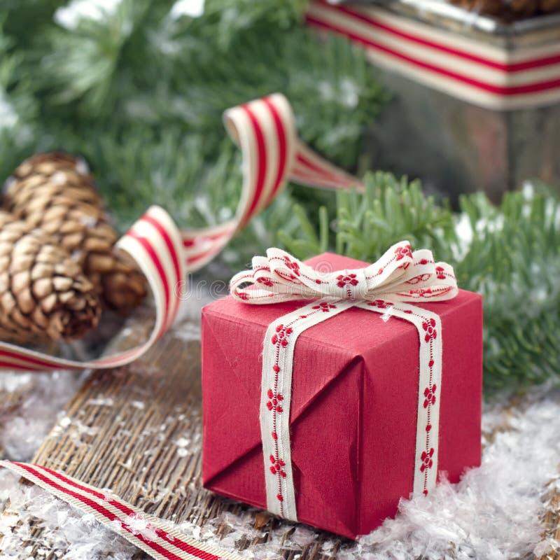 Presente do Xmas em um ajuste decorativo do Natal foto de stock