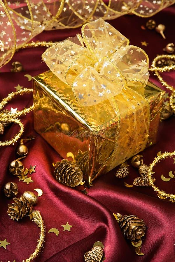 Presente dorato fotografia stock