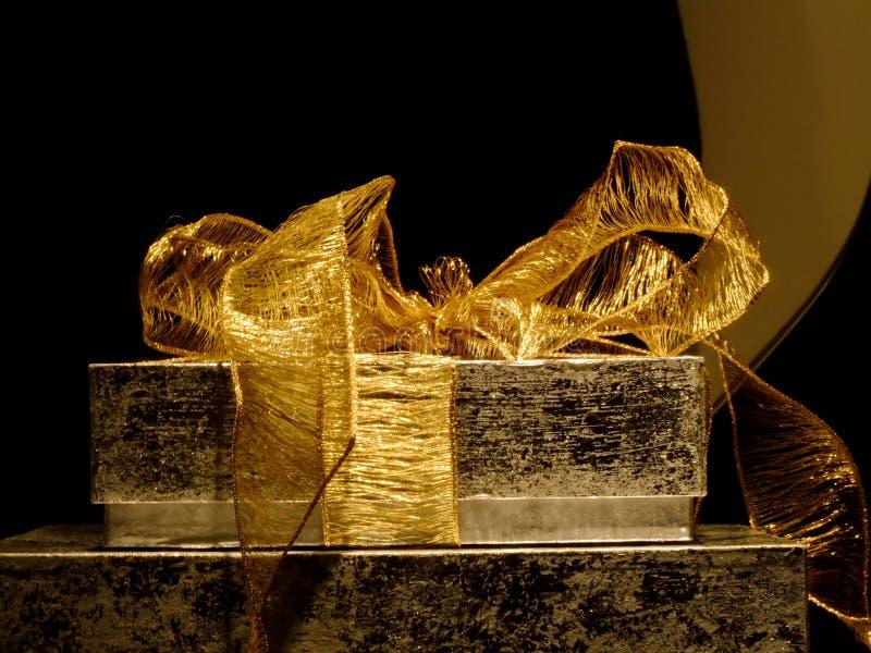 Presente dourado fotos de stock