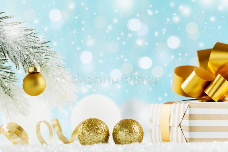 Presente dourado ou caixa atual no fundo mágico do bokeh Composição do feriado pelo Natal ou o ano novo foto de stock royalty free