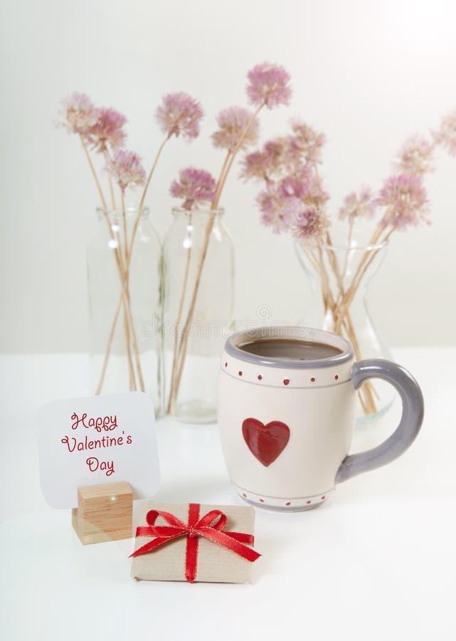 Presente e café do dia de Valentim fotos de stock