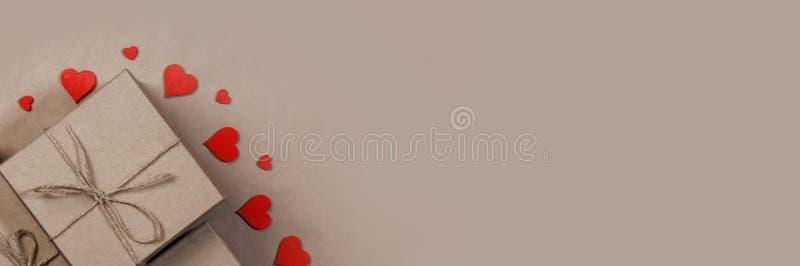 Presente e corações vermelhos imagem de stock royalty free