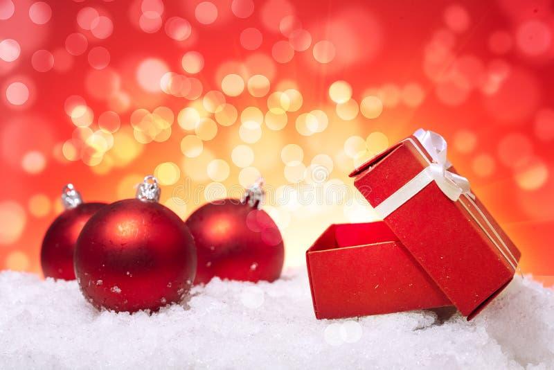 Presente e esferas do Natal imagem de stock
