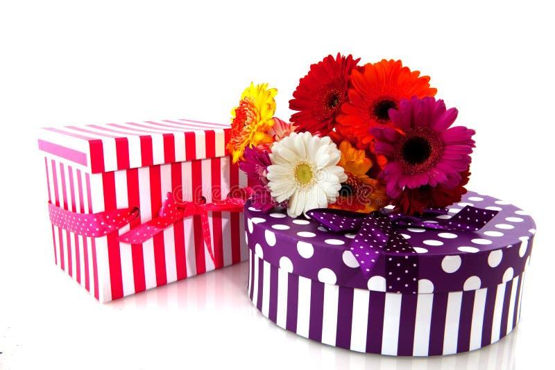 Presente e fiori immagine stock