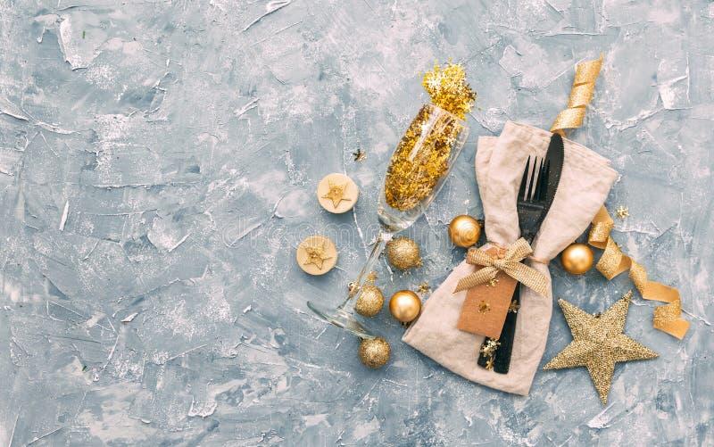 Presente el ajuste con las cajas de regalo y la opinión superior de las decoraciones del día de fiesta imagen de archivo libre de regalías