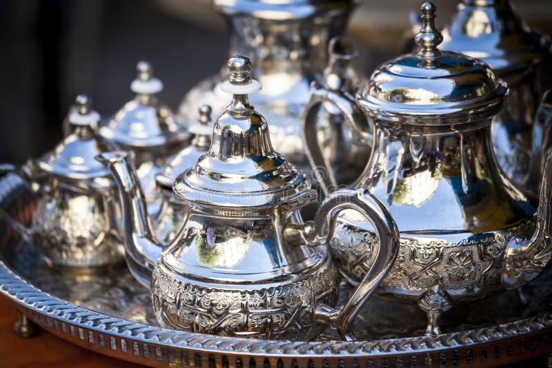 Presente el ajuste con las tazas de plata del té o de café fotografía de archivo libre de regalías