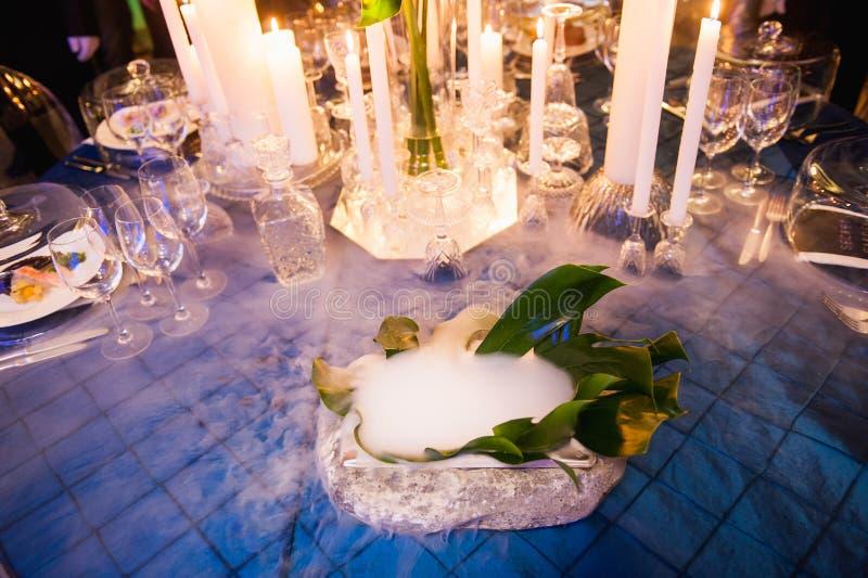 Presente el ajuste para casarse o el evento con hielo líquido foto de archivo