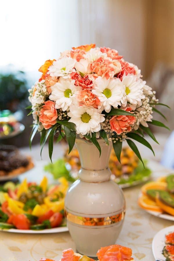 Presente el ajuste para un evento de la boda o de la cena foto de archivo