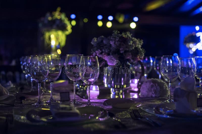 Presente el decoraction, la decoración de la boda de la noche con las velas y las copas de vino, pieza central de la boda imagen de archivo libre de regalías