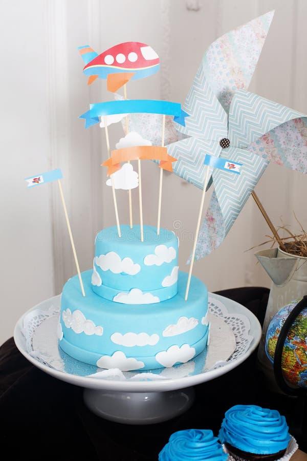 Presente el molinillo de viento de las cajas de la placa de la masilla de la torta de cumpleaños de la decoración fotos de archivo