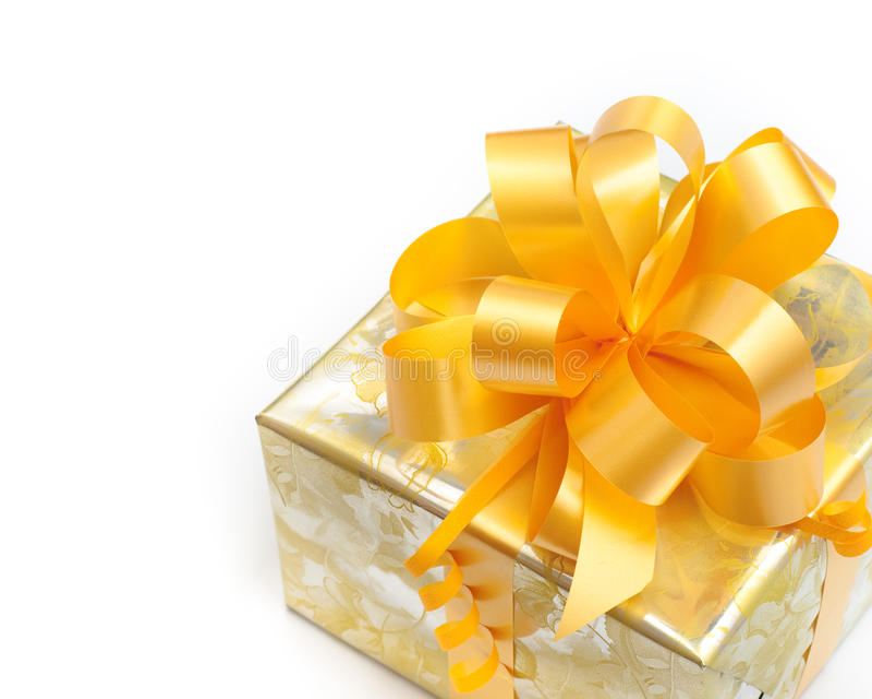 Presente embalado no papel dourado no branco foto de stock