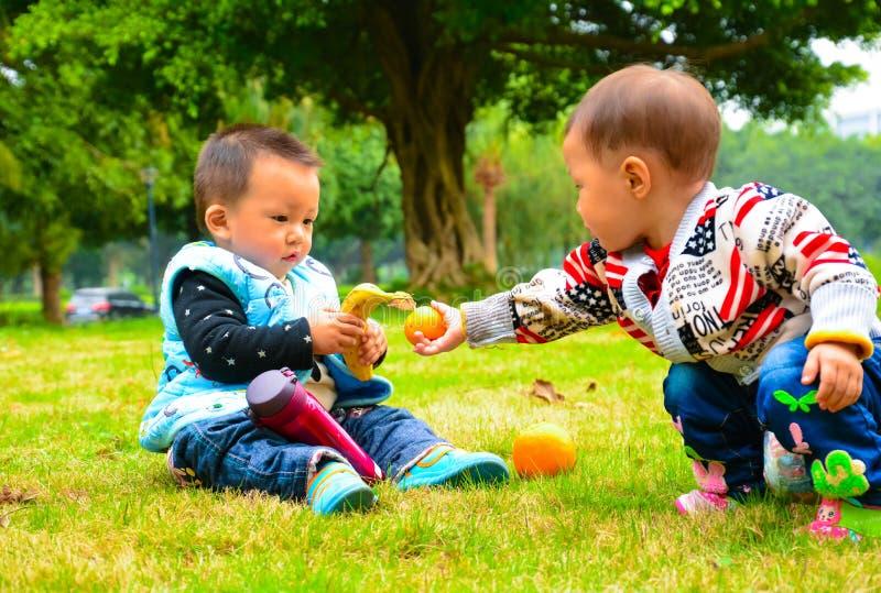 Presente entre a amizade da infância das crianças imagens de stock royalty free