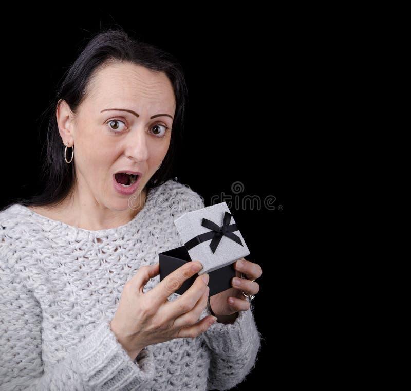Presente entusiasmado, feliz da abertura da mulher imagens de stock