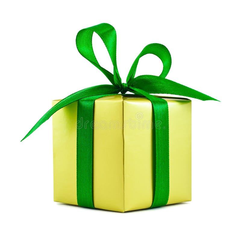 Presente envuelto regalo de oro con el arqueamiento verde foto de archivo libre de regalías
