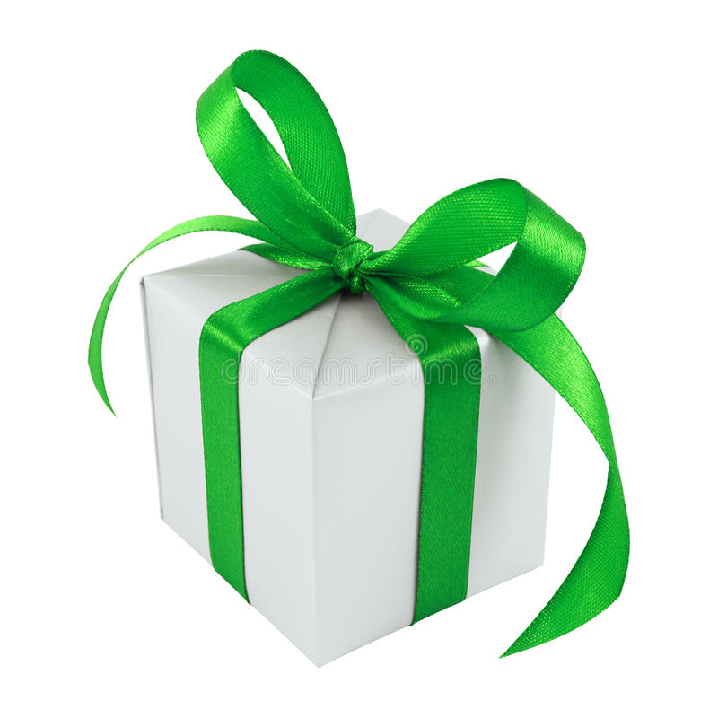 Presente envuelto regalo de plata con el arqueamiento verde del satén fotos de archivo