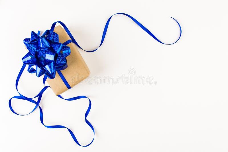 Presente festivo com curva azul no fundo branco imagem de stock royalty free